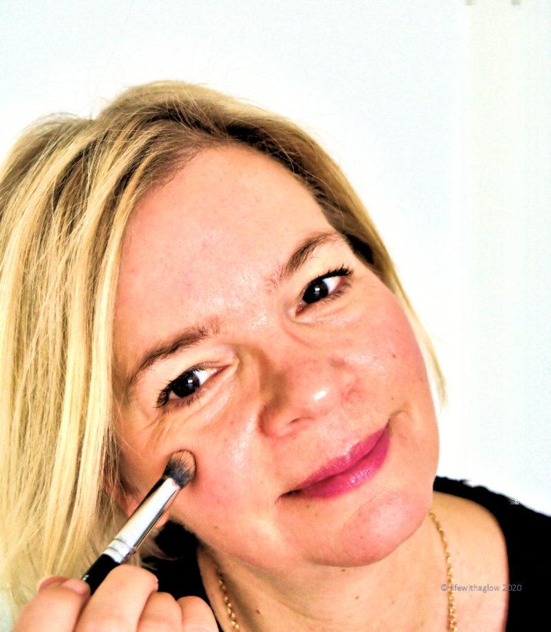 Make-up-Basics: Highlighter mit dem Concealer Buffer aufgetragen.